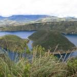Les deux ilots de la laguna Cuicocha dans le profond cratère du volcan.Dans la sierra du nord,  à environ 3400m , les bords du cratère offrent une flore variée.