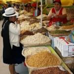 Une grande variété de légumes est proposée sur les marchés. Crus ou cuits haricots, lentilles et pois de toutes sortes sont présentés sur des étalages colorés.On y trouve aussi une large variété de fruits.