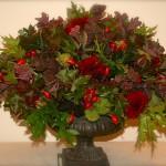 Bouquet rond composé de chêne d'amérique rouge et vert, dahlias pourpres sédums et baies.