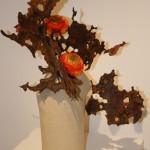 Feuilles de métal rouillé et renoncules. Composition d'Odile Carton pour l'exposition Ikebana Sogetsu en 2010.
