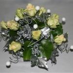 A l'extrémité des spirales des perles blanches pailletées ont été plantées.