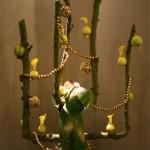 Pommier de Noël construit sur un  arbre en espalier. Les pommes vertes sont décorées de dentelle et les jaunes servent de vases.