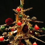 Sapin en branchages sèchés et dorés garni de boules.Les rouges sont en roses et les vertes en feuilles d'Aspidistra.