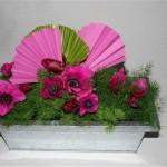 Les anémones sont des fleurs de l'hiver. Les palmes roses mettent en valeur la feuille naturelle.