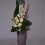 Les petites branches de Wax rappellent la couleur rose du vase en verre opaque.