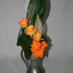 Roses et pichet en étain : ce type de bouquet est adapté à n'importe quel vase haut.