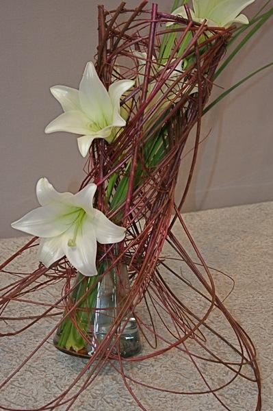 Savant jeu de branches de saule d'Iran et lys bancs. Atelier d'art floral de Caen exposition 2009