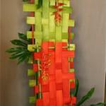 Tressage et support en bambous, trois gros héliconias.Nicole Siméon  s'est inspirée d'une démonstration réalisée à Boston par un designer américain.