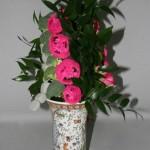 Brocolis, rondellles de Luffa cylindrica roses et feuillage de  laurier d'Alexandrie sont alignés.