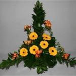 Les fleurs sont posées à l'intérieur du triangle dessiné avec le feuillage.