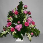Généreux et opulent, ce bouquet s'inscrit dans la tradition de l'art floral, ses proportions sont assez srictes.