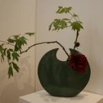 Deux branches de pivoine arbustive et deux pivoines, l'une en bouton l'autre épanouie. Yvette Cronier.