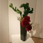 Arrangement de pivoines et cryptomeria dans un haut vase en céramique. Marie de Jaeger.