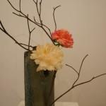 Le dessin des branches dépouillées met en valeur les 2 pivoines. Martine Hardouin.