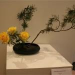 Variation inversée, ici réalisée avec des branches de pin et des roses.  Denise Corbin.