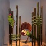 Des piliers en bambous pour un jardin composé de pivoines, arums et chrysanthèmes verts.