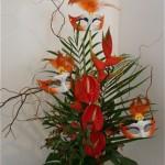 Des anthuriums rouge vif et un gros héliconia pour une composition flamboyante.
