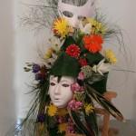 Grande composition flamboyante et carnavalesque avec masques ou loups fleuris.