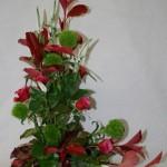 Bouquet vert et rouge : oeillets de poète verts et roses rouges.