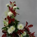 Dahlias blancs et astilbes mettent en valeur ce feuillage d'automne.