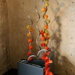 La couleur métallique des vases contemporains met bien en valeur les couleurs chaudes des Physalis.