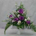 Un bouquet classique gagne à être construit dans un vase medicis, ou un contenant sur pied.