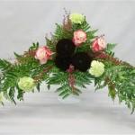 Oeillets, roses et 3 dahlias pompons pourpres dans un élégant vase en opaline.