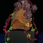 Vraie bûche de Noël habillée d'orchidées, lianes de diplocyclos et guirlandes de laine.