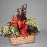 Le petit panier automnal est égayé de simples feuilles d'érable et de masses de gypsophile.