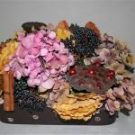 Hortensias roses et bâtons de cannelle complètent les éléments de base dans un plat rectangulaire.