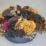 Opulence dans une coupe en céramique, des boules rouges pailletées éclairent les lotus.