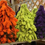 Des sapins flockés aux couleurs les plus inattendues pour des décors personalisés.