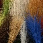 De simples branches de peupliers aux couleurs variées composent un bel arc-en-ciel.