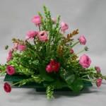 Simplicité champêtre avec des renoncules roses.