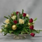 Un coupe précieuse,roses, bougies et boules, tout est prêt pour Noël.