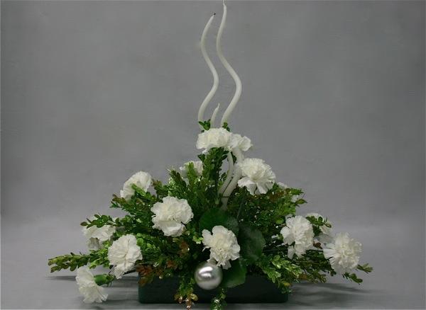De gros oeillets blancs et des bougies spirales.