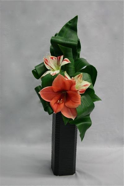 Une feuille descendant largement sur le vase permet d'intégrer un contenant haut.