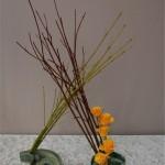 Duo de branches rouges et jaunes et renoncules réalisé par l'atelier d'art floral de Caen, expo 2011.