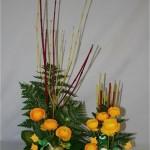 Cornus, fougères, renoncules jaunes, oeufs et petits sujets composent un traditionnel décor de Pâques.