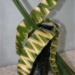 Les feuilles de Phormium sont tressées sur un montage de fils métalliques et forment un serpent végétal.