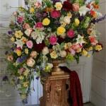 Grand bouquet classique dans la galerie de la salle des fêtes de l'hôtel de ville de Versailles réalisé par Maryvonne Douillard.