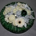 Couronne recouverte de laine. Fleurs fraiches,  lierre peint et accessoires de saison. Noêl 2008.