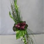 Sur un petit vase sur pied, ornithogalles et branches de chatons complètent le genêt. Des orchidées Cymbidium sont au coeur de la composition.