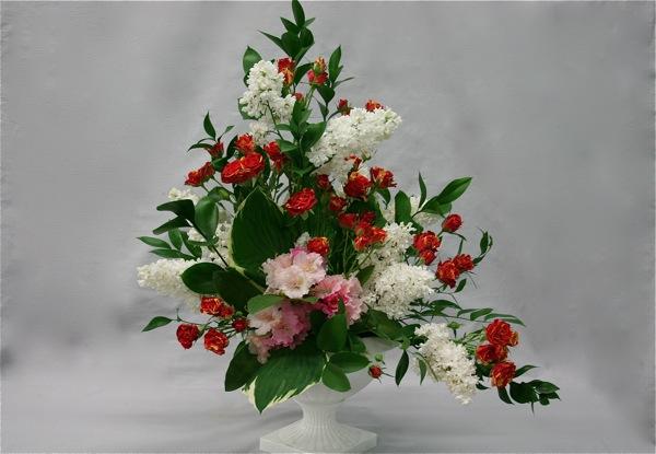 Bouquet trianglaire asymétrique avec des végétaux de jardin rhododendrons,roses,lilas.Mai 2013.