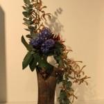 Les branches d'eucalyptus sont accompagnées d'orchidées Oncidium de la couleur du  vase.  Cannes 2008.