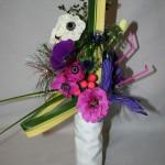 Rose et violet pour un bouquet sur le thème du Mardi Gras  avec pailles et boulettes de papier.