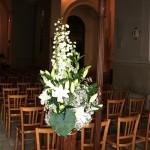 Deux bouquets hauts sur des supports en osier à l'accueil du cortège à l'entrée de l'église.
