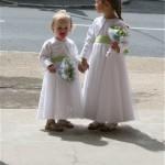 Très fières de leurs bouquets, les fillettes attendent la mariée sur le perron de l'église.