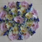 La composition évoquant le vitrail est réalisée en fleurons d'orchidées, campanules et hortensias.