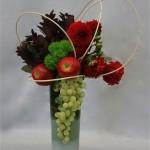 Raisins, dahlias et pommes rouges expriment les couleurs de la saison.